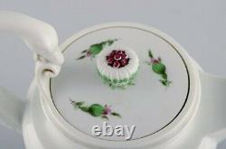 Antique Meissen teapot in hand-painted porcelain with pink roses. Early 20th C